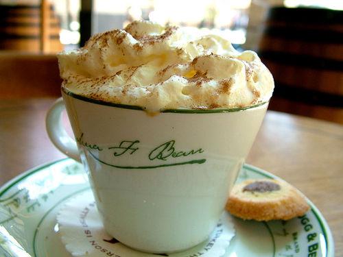 Кофе со взбитыми сливками и корицей
