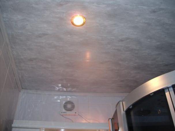 Пластиковый потолок с точечными светильниками