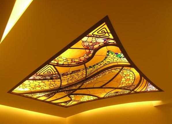 Комбинированный потолок с витражом