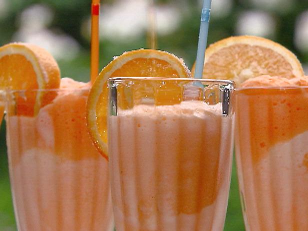 Молочный коктейль с мороженым и соком