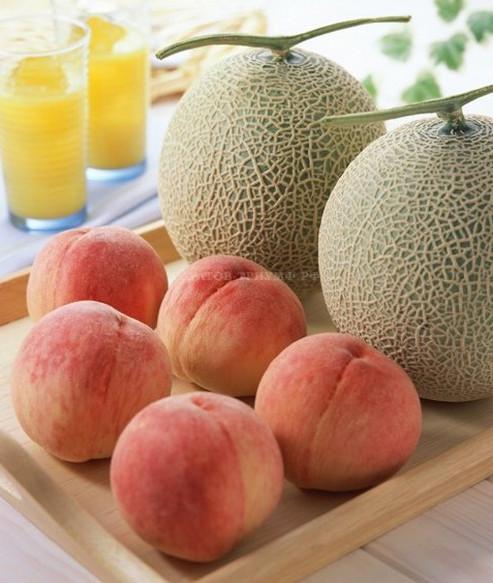 Салат из персиков и дыни